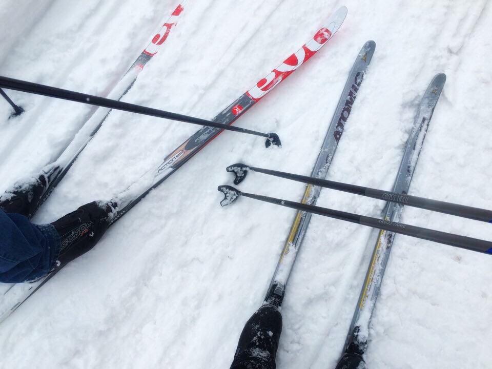 Ski og staver i snøen