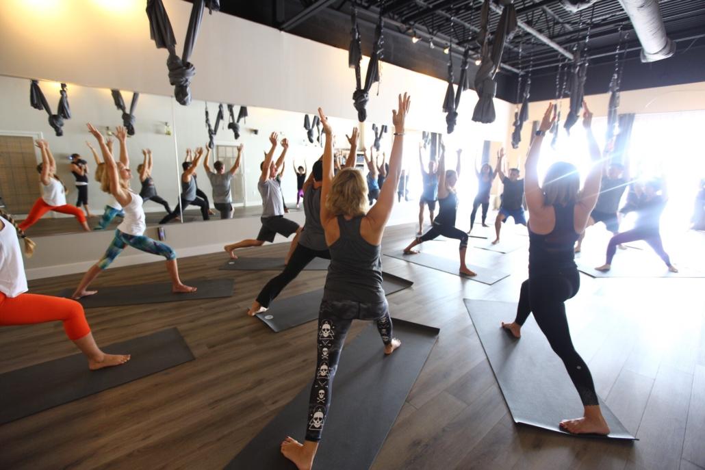 Gruppe som gjør yoga