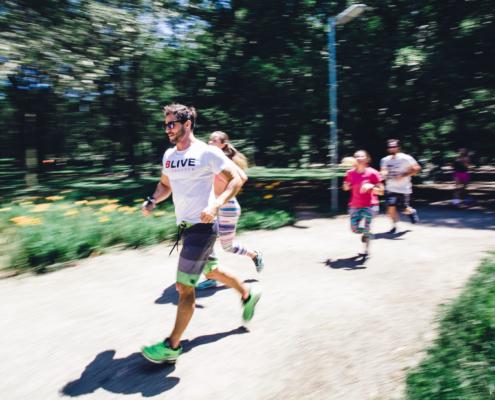 En gruppe mennesker som løper utendørs