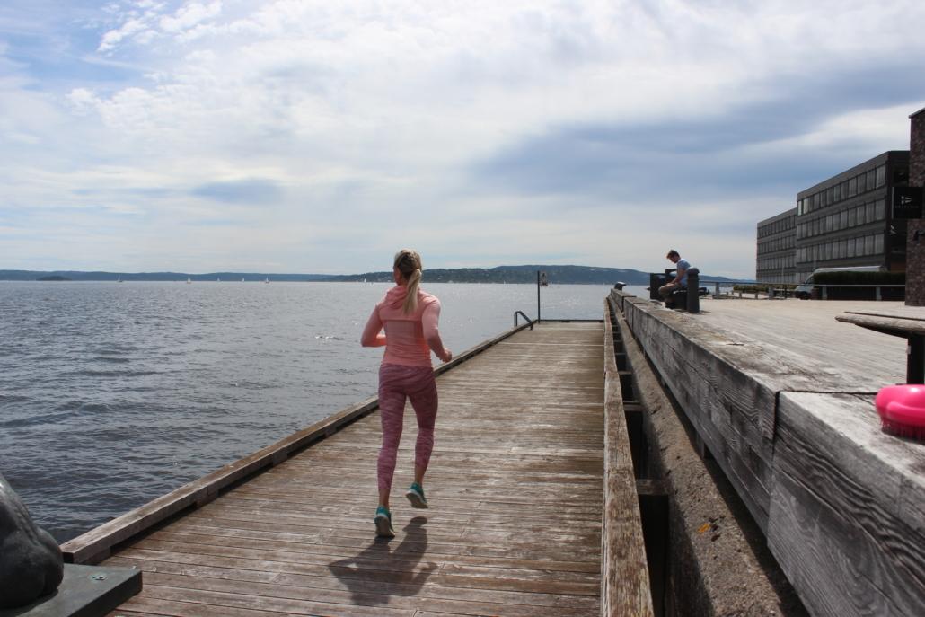 Kvinne som løper på brygge.