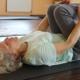 Eldre dame som gjør tøyeøvelser